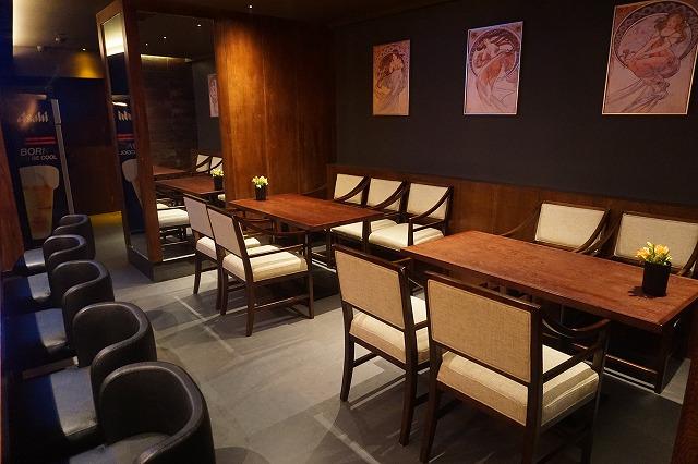 テーブル4名様×2席